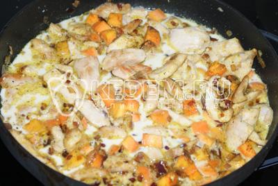 В сковороду к луку добавить морковь и обжарить. Затем добавить курицу, очищенную и нарезанную кубиком грушу, сливки, и травы. Посолить и поперчить по вкусу.