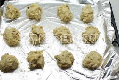 Ложкой выкладывать тесто на присыпанную мукой фольгу или на пекарскую бумагу