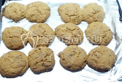 Выпекать в духовке при 180С около 10-15 мин, пока печенье не станет коричневатым