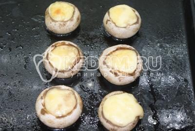 Запечь при 180 С в духовке до расплавления и зарумянивания сыра