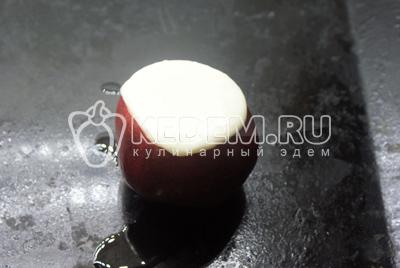 В блендере взбить творог, сметану, яйцо, сахар. Внутрь яблока положить клубнику, а затем наполнить творожной смесью яблоко