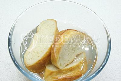 Хлеб замочить в холодной воде