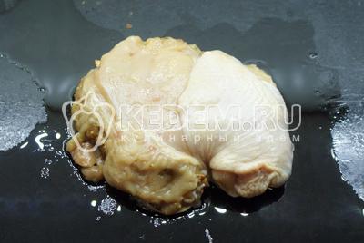 На противень политый маслом выложить куриное филе. На половину филе выложить грибы и закрыть второй половиной филе, слегка скрепить зубочистками