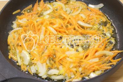 На сковороде с растительным маслом обжарить лук, морковь и перец