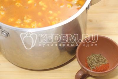 Сложить в кастрюлю и добавить протертые помидоры «PODRAVKA». Добавить в кастрюлю кукурузу и фасоль. Добавить ½ литра воды или овощного бульона, специи с соль. Варить на среднем огне 20 минут