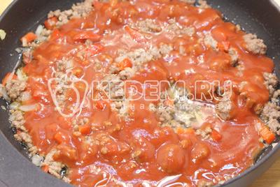 Добавить протертые помидоры «PODRAVKA» и томить на медленном огне, помешивая 10-12 минут