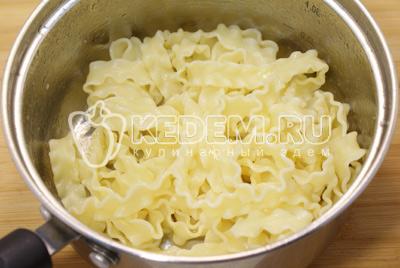 Отварить пасту и заправить сливочным маслом