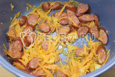 Обжарить лук, морковь и колбаски в чаще мультиварке на режиме « ЖАРКА» 2-3 минуты