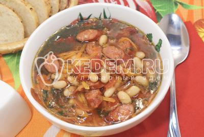 Суп с копчеными колбасками и фасолью в мультиварке