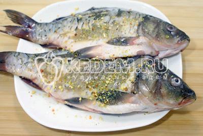 Натереть рыбу снаружи и внутри 1/2 чайной ложки приправы Vegeta Natur и дать постоять 10-15 минут