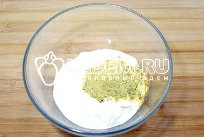 Сметану смешать с 1/2 чайной ложки натуральной приправы Vegeta Natur