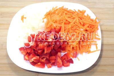 Очистить морковь, лук и перец. Лук мелко нашинковать, перец нарезать кубиками, морковь натереть на терке