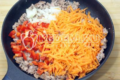 Добавить в фарш овощи и готовить еще 3-5 минут
