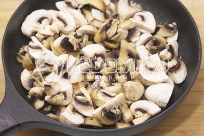 Нарезать ломтиками и обжарить на сковороде с растительными маслом, 3-5 минут