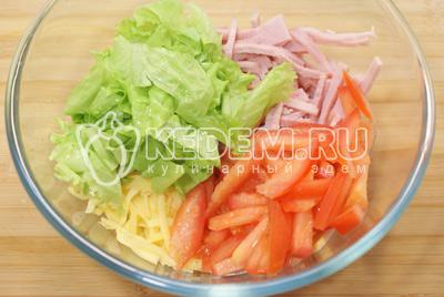 Добавить нарезанные помидоры и нарвать руками листья салата