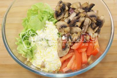 Добавить в миску с салатом грибы и заправку. Перемешать