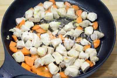 Обжарить на сковороде с растительным маслом филе и морковь. Добавить мелко нашинкованный чеснок. - Суп с клецками. Пошаговый кулинарный рецепт с фотографиями приготовления супа с клецками