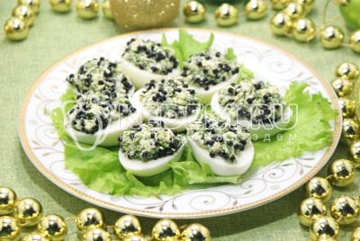 Фаршированные яйца с икорно-горчичной начинкой