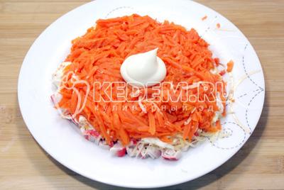 Третьим слоем выложить отварную тертую морковь и смазать майонезом
