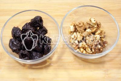 Чернослив размочить, орехи мелко порубить