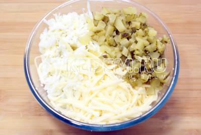 Добавить мелко нарезанные маринованные огурцы, тертые отварные яйца и тертый сыр