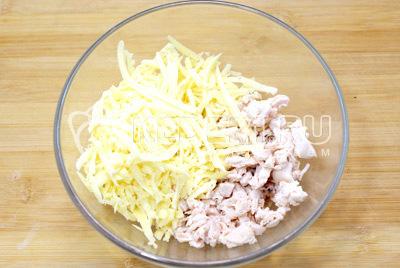 Куриное филе хорошо промыть. Поставить варить до готовности и остудить в бульоне. Мелко нарезать куриное филе и натереть сыр. Сложить в миску
