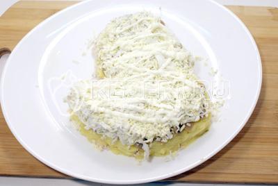 Четверным слоем выложить тертые яйца и смазать майонезом