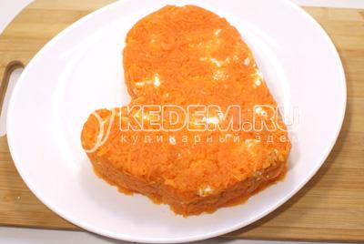 Последним слоем выложит тертую морковь и немного посолить