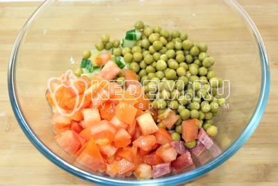 Добавить кубиками нарезанный помидор и горошек
