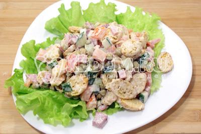 Перемешать и выложить на блюдо  с листьями салата