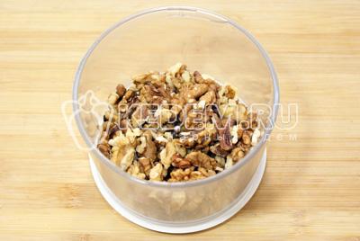 Грецкие орехи измельчить в крошку