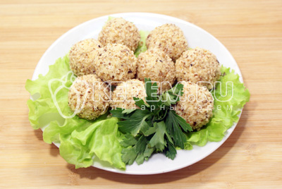 Выложить на блюдо с листьями салата и зеленью