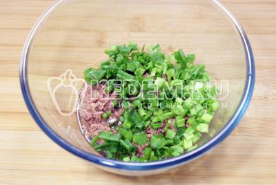 В миске смешать тунец и мелко нашинкованный зеленый лук
