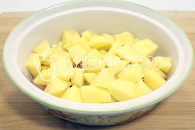 Выложить кубиками нарезанный картофель