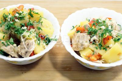 Готовое блюдо выложить в глубокие тарелки и посыпать мелко нашинкованной зеленью и чесноком.