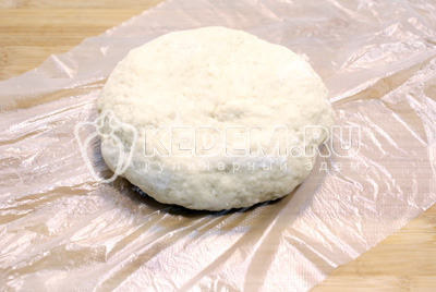 Замесить крутое тесто и завернуть в пакет. Убрать в холодильник на 30 минут