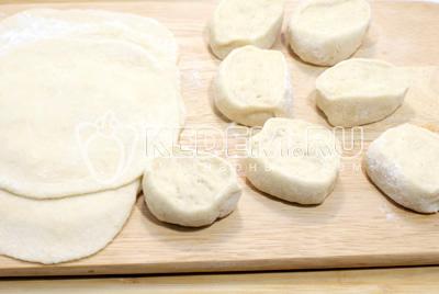 Скатать тесто в колбасу, нарезать кусочками и раскатать тонкими лепешками, присыпая мукой