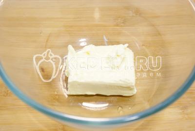 В миске размять сливочное масло