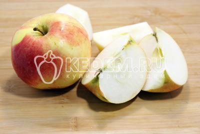 Яблоки очистить и нарезать кубиками
