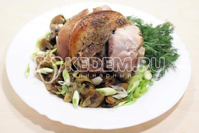 Выложить на блюдо, посыпать свежим зеленым луком
