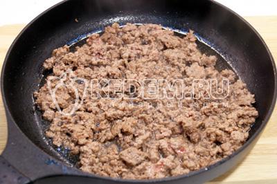 Фарш обжарить на сковороде с растительным маслом 2-3 минуты