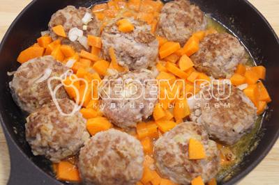 Добавить сковороду лук и морковь, перемешать и добавить 1/2 стакана воды, убавить огонь и готовить еще 3-5 минут