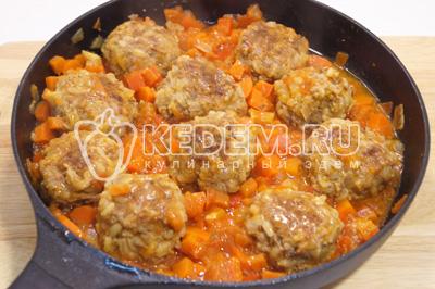 Добавить в сковороду помидоры, перец и посолить. Готовить под крышкой на среднем огне еще 7-10 минут