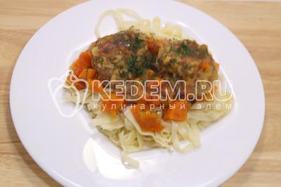 Выложить порцию лапши и несколько тефтелей с подливой на тарелки и посыпать мелко нашинкованным укропом