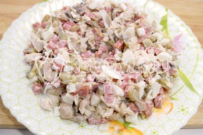 Выложить салат на блюдо в форме гнезда