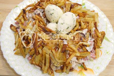 Перед подачей посыпать картофелем и положить яйца в гнездо