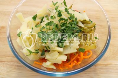 Добавить брусочками нарезанный картофель и мелко нашинкованную петрушку