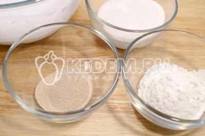 В миске с теплым молоком развести дрожжи, добавить 3-4 ст. ложки сахара, щепотку соли и  3-4 ст. ложки муки. Убрать в теплое место на 30 минут