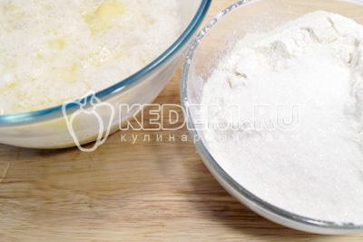 Добавить оставшийся сахар,  половину муки, разрыхлитель и ванилин. И убрать в тепло еще на 1 час