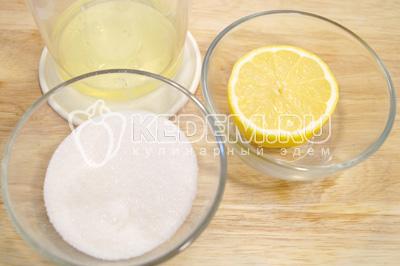 Для крема взбить в густую пену яичные белки с сахаром и 1/2 сока лимона